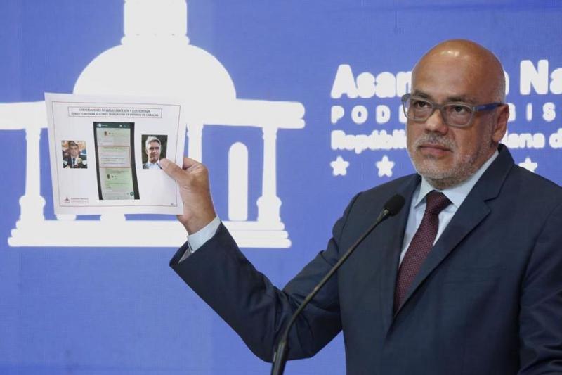 Jorge Rodríguez holds up a screenshot of messages